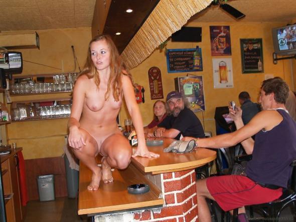смотреть фото голых девушек в общественных местах