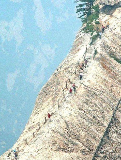 Китайские горки. А вы бы рискнули прогуляться там?