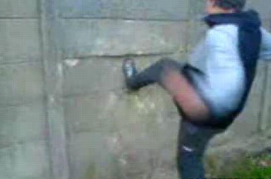 Парень решил разбить стену ногой