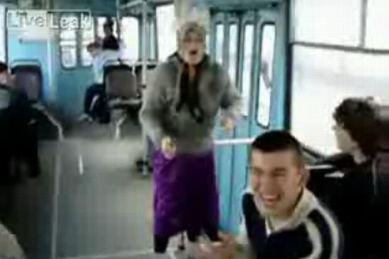Бабка отжигает в троллейбусе