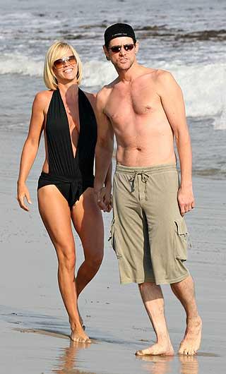 Джим Керри отжог на пляже