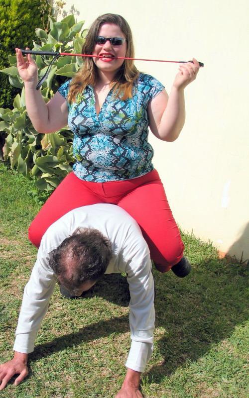 Толстая женщина села на шею худой девушки и начала кататься, затрахали девушку до потери сознания