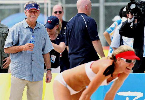 Буш отдыхает с волейболистками
