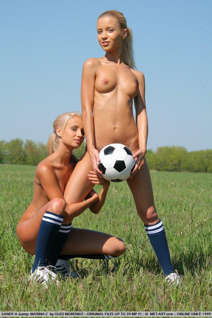 siski-igrayut-v-futbol