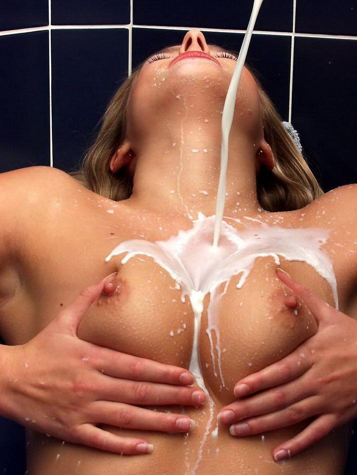 Брюнетка с большой грудью обливает себя молоком и вовремя секса