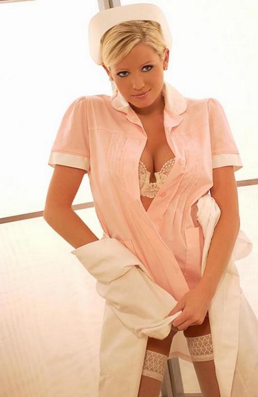 Женщина с огромными дойками позирует в костюме медсестры  345458