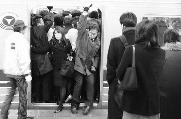А в это время в Японии. Похожие новости. Люди в метро (93 фото).