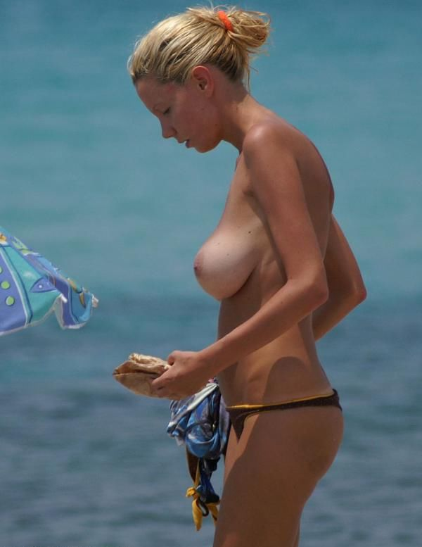 идео, девушек подловили на пляже неожиданно, как
