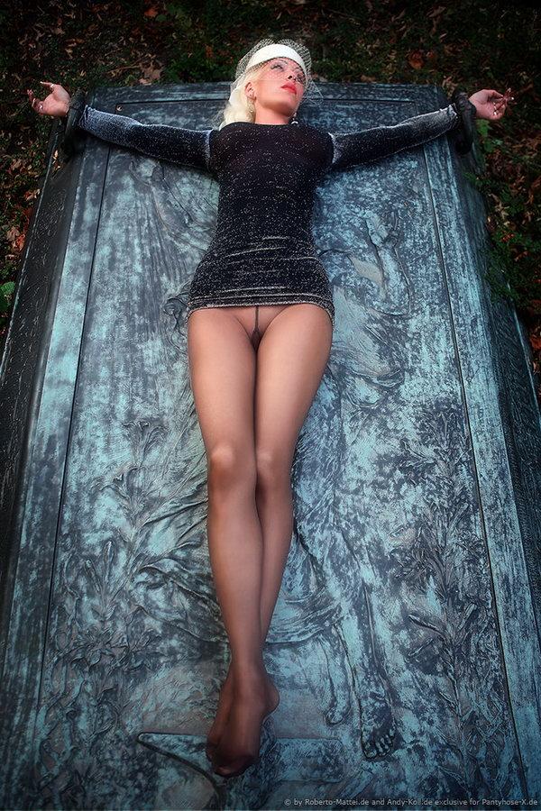 Красивая девушка в колготках без трусиков, порно нарезки камшотов в анус