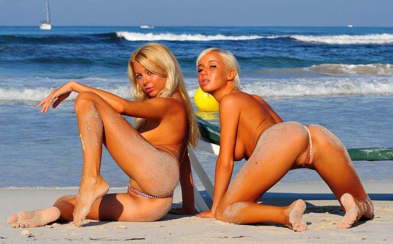 Порно фото красивых девушек на пляже без белья, член красивой попе раком