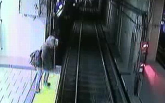 Пьяная девушка упала на рельсы в метро