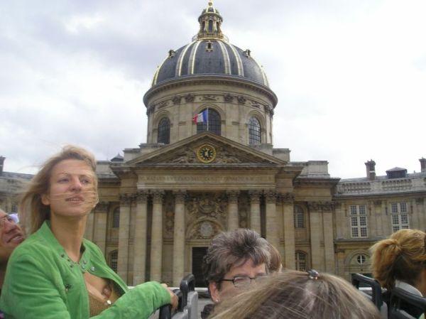 Жена отправила мужу фотки с экскурсии по Парижу :)