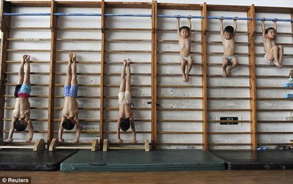 Китайские гимнасты от 4 до 7 лет на тренировке
