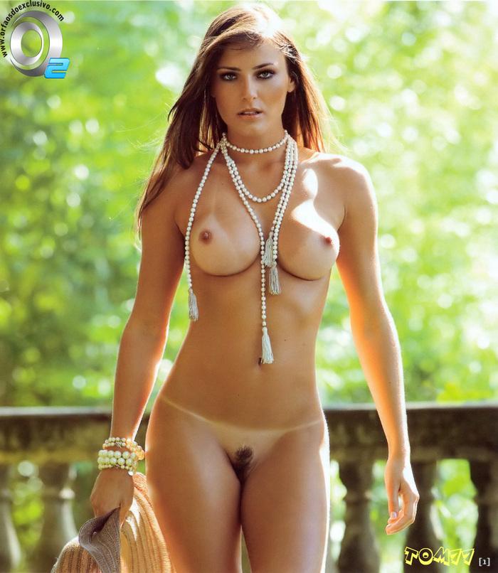 golie-devchonki-zagorayut-v-bikini-foto