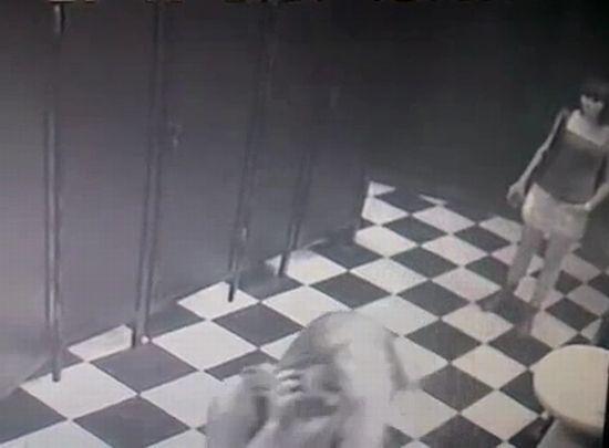 tualeti-nochnom-klube-skritaya-kamera