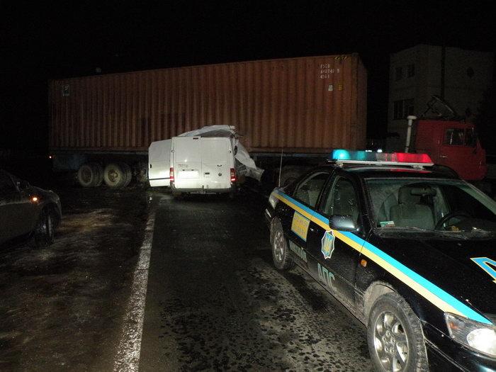 Пьяный водитель погиб, врезавшись в КамАЗ, которым ГАИшники перекрыли дорогу