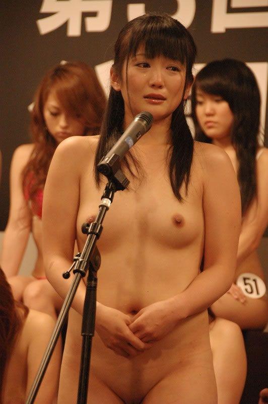 video-yaponskoe-porno-shou-na-stadione-zhenshini