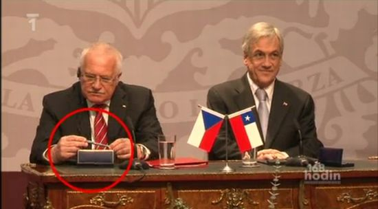 Как президент Чехии ручку украл :)