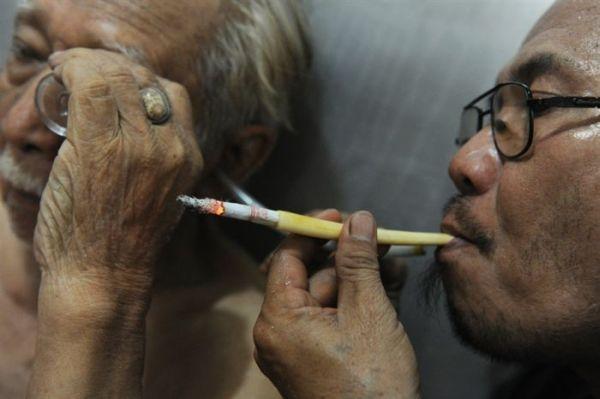 Лечит рак табачным дымом