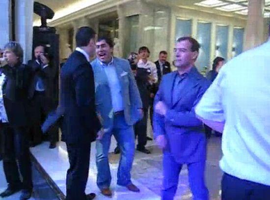 Медведев и Мартиросян танцуют под Американ бой :)