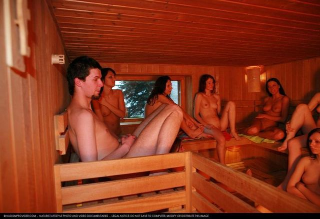 golie-parni-i-devushki-v-saune