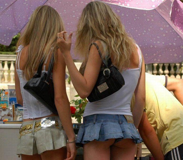 Девчонки в мини-юбках и коротких шортах