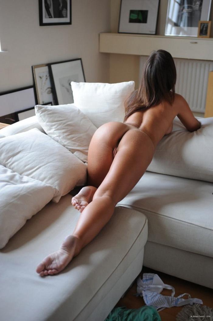 Фото девушек сзади снизу голышок в постели
