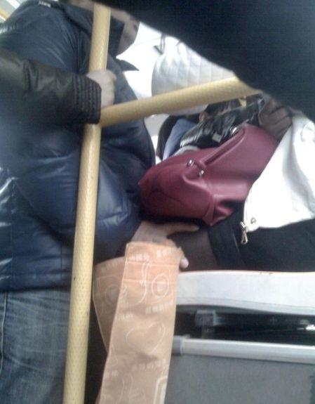 Видео девушка в транспорте трогают между ног