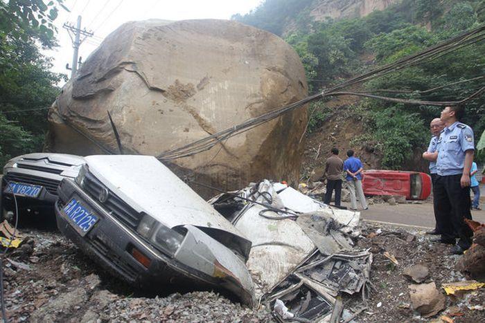 Валун весом 200 тонн раздавил 5 автомобилей