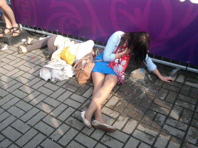 Пьяные телки светят голыми кисками на улице  590274