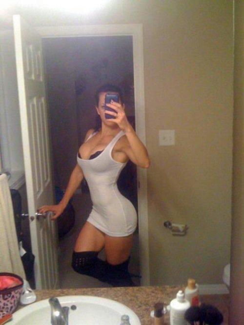 девушка фотографируется перед зеркалом в ванной