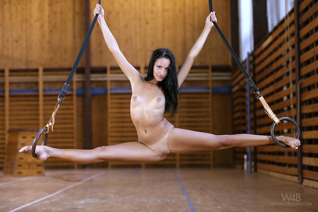 golaya-delaet-gimnastiku-video