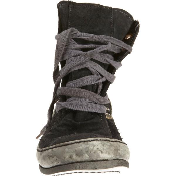 Как думаете, сколько стоит эта обувь?
