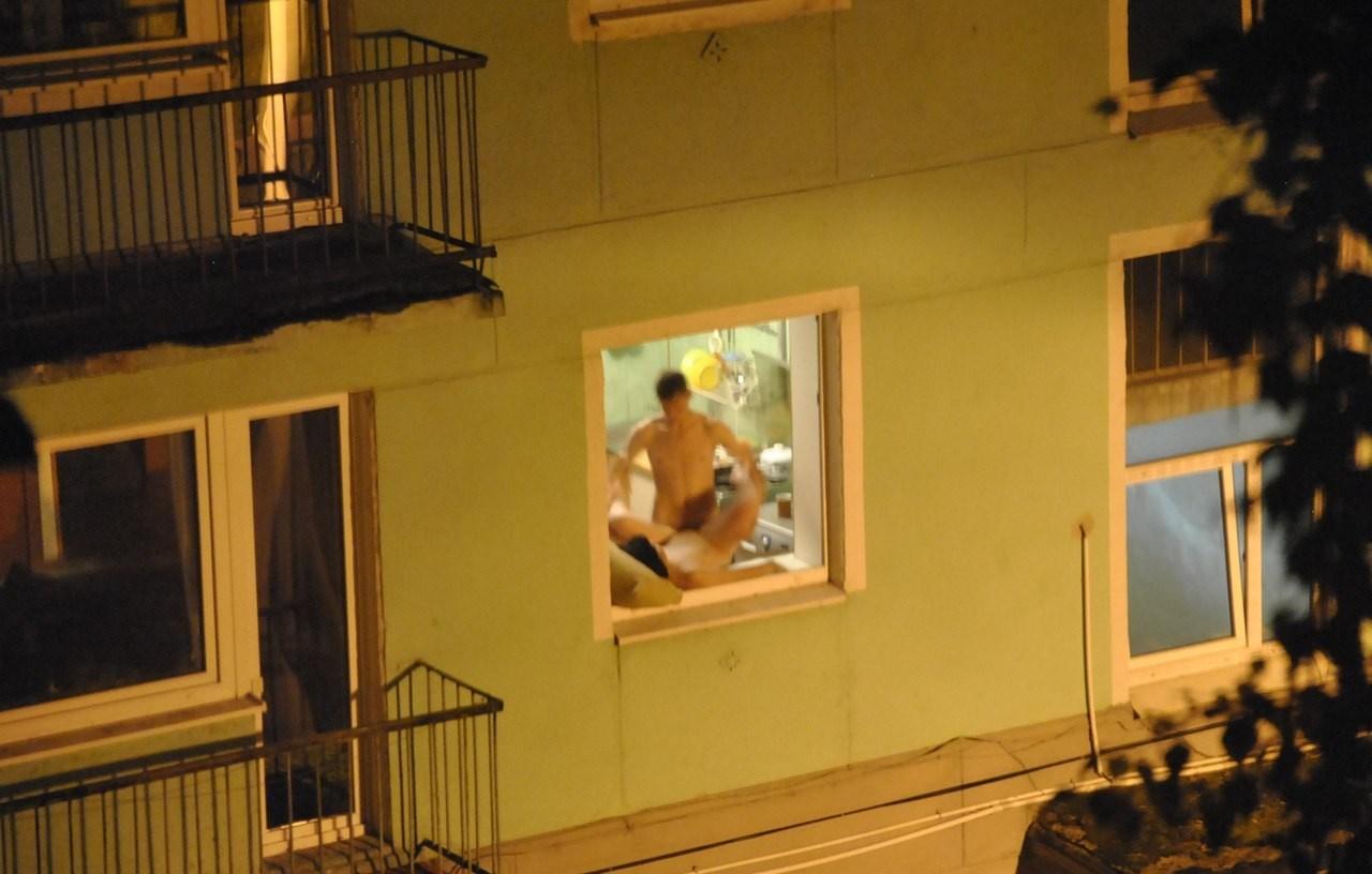 подглядование в окно за сексом