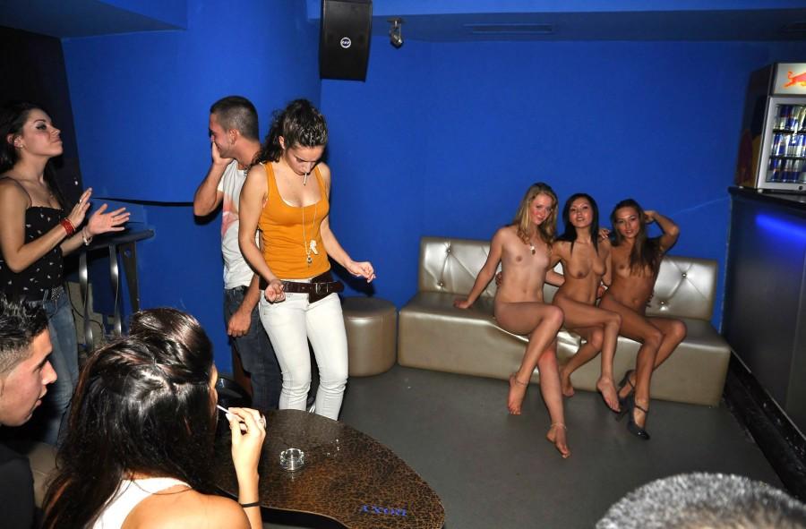 Девушки голые видео про клубы где