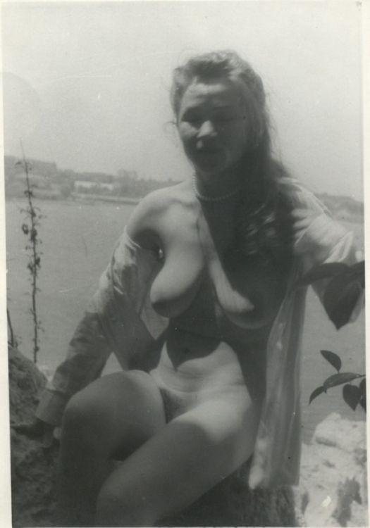 Сканы пленочных эротических фото носит информативный