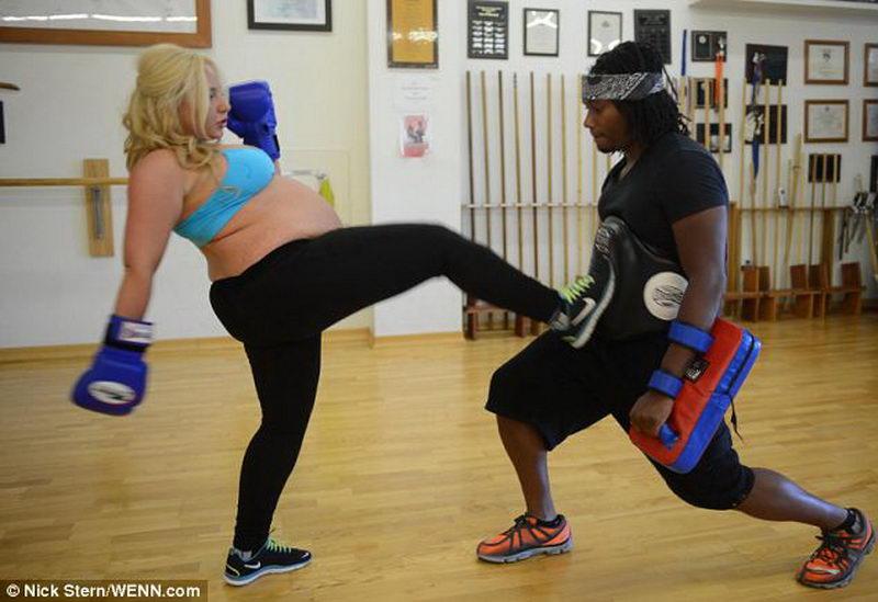 Каратистка продолжает тренировки на последнем сроке беременности