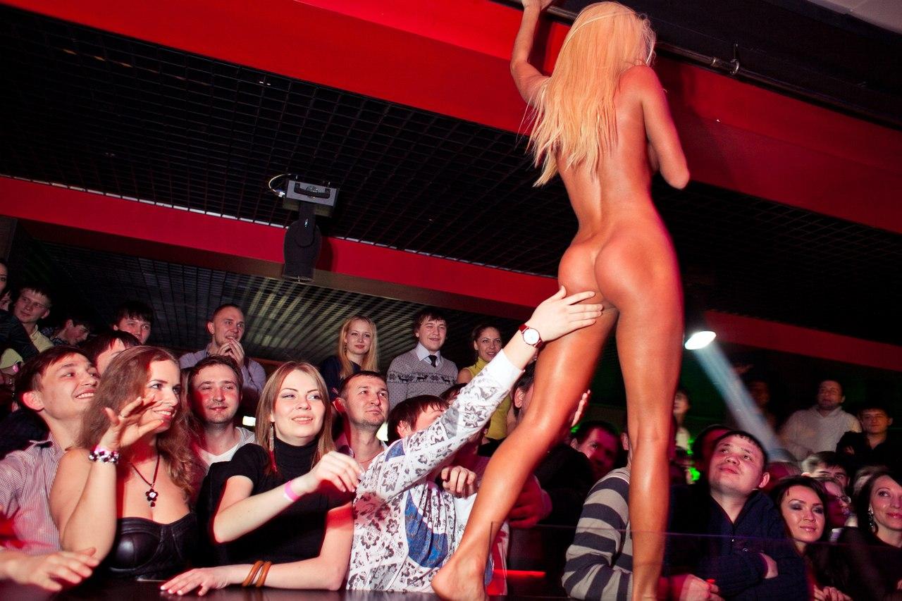 Стриптизерша сосет на сцене, Блондинка сосет хуй во время стриптиза на сцене 43 фотография