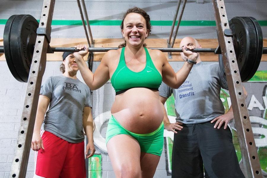 Американка на девятом месяце беременности качала железо