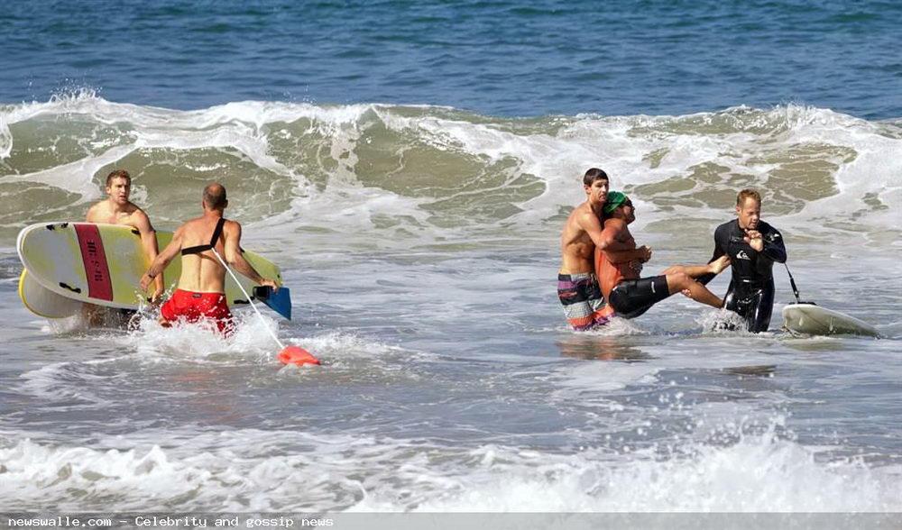Большая белая акула напала на пловца