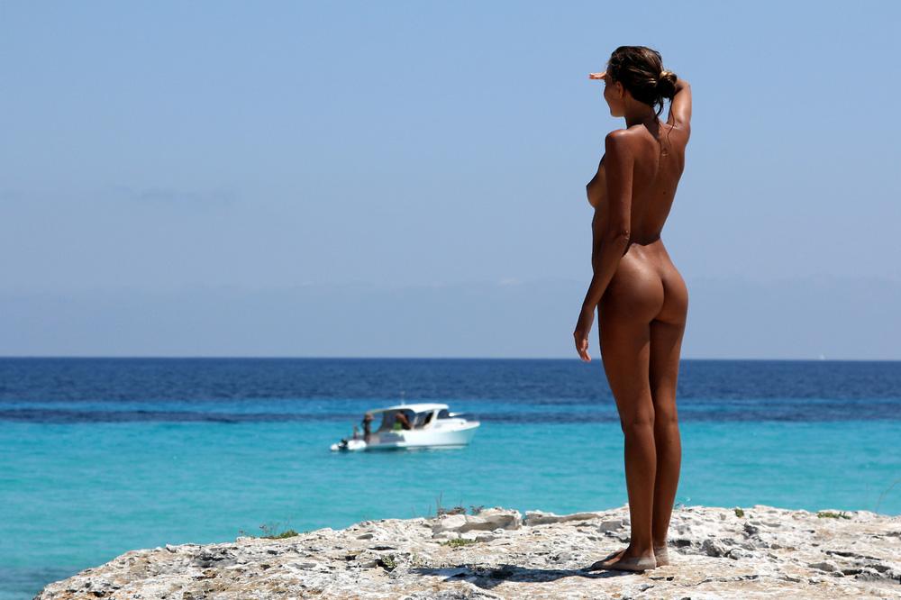 Женской груди фото в попку на берегу анал молодую смотреть
