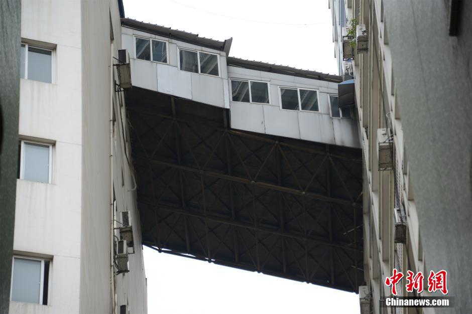 Китаец построил коридор, объединяющий балконы соседних домов.