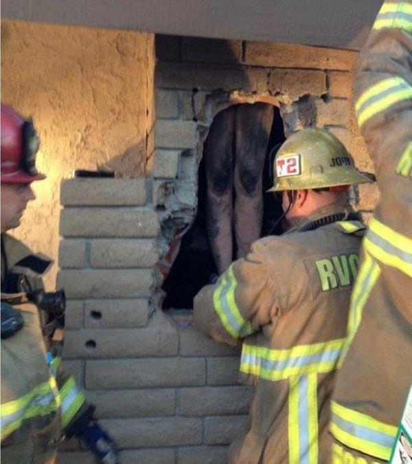 В США обнаженная женщина застряла в дымоходе камина