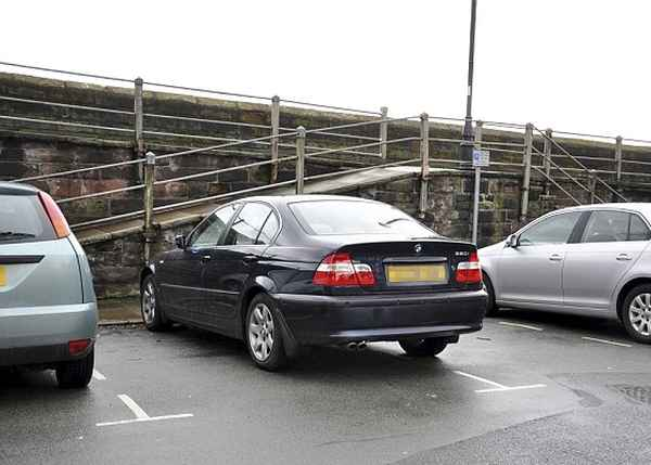 """Оставленный на парковке BMW класса """"люкс"""" порос травой"""