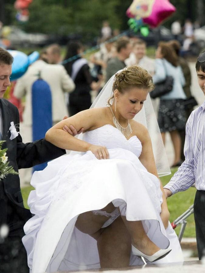 Был на свадьбе и сфоткал под юбкой, девчонка проспорила себя на трах онлайн