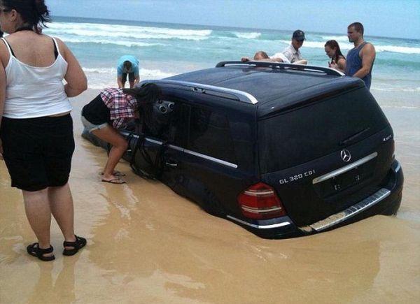 Владелец припарковал свой Mercedes на побережье