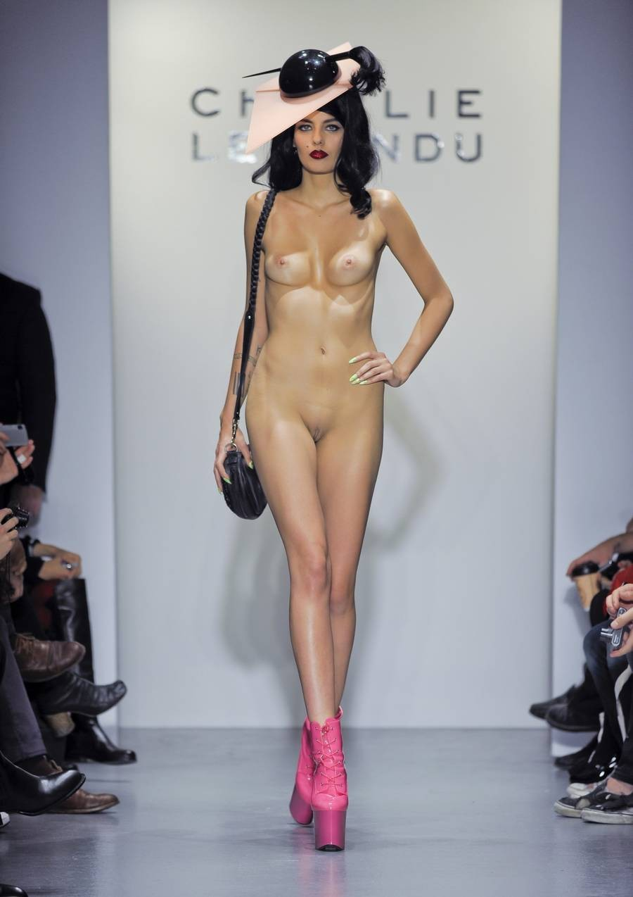 смотреть фильм голые модели на подиуме очутитесь моем укромном