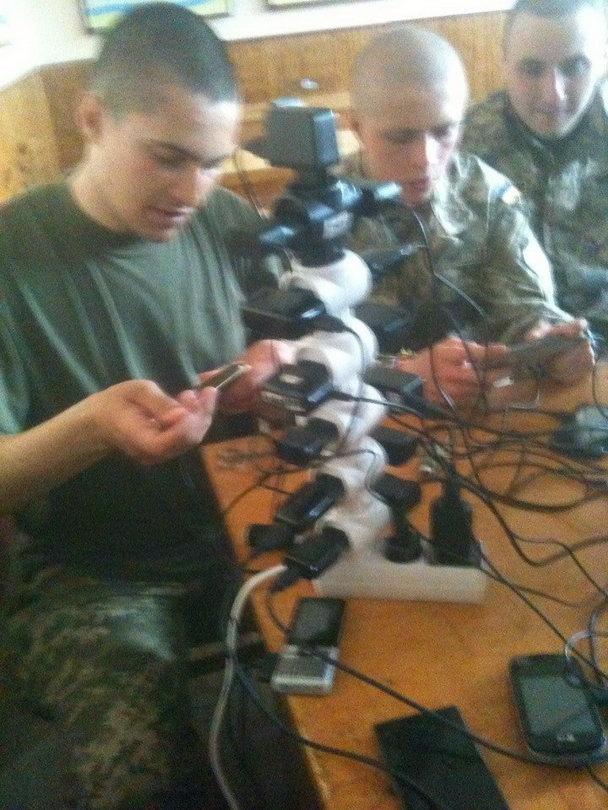 Как в армии мобилы заряжают