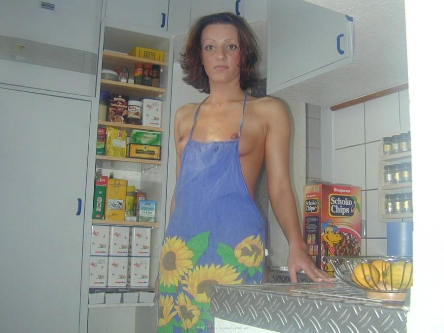 Кухня - вот единственное место где органично смотрится любая женщина