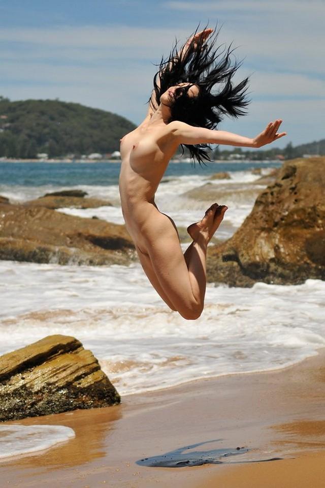 Летний отдых девушек у воды